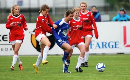 Et symptomatisk bilde for J16-cupfinalen: Tertnes, her ved Camilla Hvedding-Hansen, ble pakket godt inn av sterke Kongsvinger-spillere